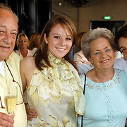 NLD/Amsterdam/20070410 - Boekpresentatie Caroline Tensen, Lotte en Bob Tensen met hun oma en opa, ouders Caroline
