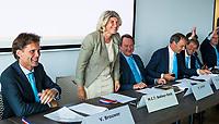 BREDA -  ALV KNHB.  Bondsbestuurder Madeleine Bakker is jarig. rechts Reinoud Imhof, Erik Cornelissen en Erik gerritsen.  .  links Victor Brouwer    COPYRIGHT  KOEN SUYK