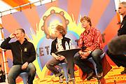 Het Ticket for Tibet festival op de NDSM-werf in Amsterdam was zondag 9500 mensen aanwezig.<br /> De organisatie wil met het festival protesteren tegen wat zij noemt de bezetting van Tibet door China. <br /> <br /> Op de foto: <br /> <br />  Eric Corton ( 3FM DJ) in discussie.