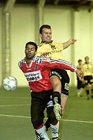 Fotball, innendørs Østfoldhallen  januar 2000. Kjell Olofsson, Moss, i kamp med Kongsvingers Caleb Francis (foran).  Foto: Digitalsport.