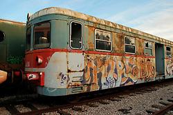 Le Ferrovie del Sud Est nascono in Puglia, nell'ottobre del 1931. A questà nuova società veniva dato in concessione l'insieme delle reti ferroviarie precedentemente gestite da diversi organismi (Società per le Ferrovie Salentine, Società per le Ferrovie Sussidiate, Ferrovie dello Stato)..Le aree pugliesi attraversate dalla società ferroviaria sono l'area barese, la fascia Taranto-Brindisi e l'area leccese-salentina, collegando fra loro i capoluoghi di Bari, Taranto e Lecce, nonché oltre 130 comuni delle province meridionali..Il reportage fotografico sulle Ferrovie Sud Est intende testimoniare l'evoluzione tecnologica che, durante gli anni, ha modificato e migliorato il servizio ferroviario e la convivenza del progresso con tracce del passato, attraverso un viaggio tra le stazioni e i depositi..Automotrice MAN in stato di abbandono, nel deposito di Mungivacca.