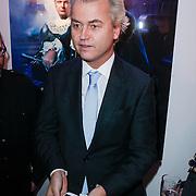 NLD/Amsterdam/20121126- Kika veiling 2012 foto's Veronica gids, Geert Wilders laat de inhoud van zijn zakken zien