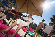 In Zeist krijgen ouderen verkoeling van kinderen van de naburige basisschool door een voetenbadje en ijsjes. Het Nationale Ouderenfonds wil met de actie wijzen op de gevaren van extreme hitte bij met name ouderen.