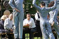 """11 AUG 2002, BERLIN/GERMANY:<br /> Gerhard Schroeder (M), SPD, Bundeskanzler, waehrend einer Performance der Kuenstlergruppe phase7 """"Strange Particles Evolution"""", waehrend einem Kuenstlerbrunch, Garten, Bundeskanzleramt<br /> IMAGE: 20020811-01-015<br /> KEYWORDS: Gerhard Schröder, Künstlerbrunch"""