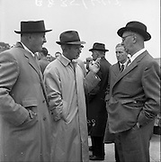 17/05/1961<br /> 05/17/1961<br /> 17 May 1961<br /> Horse trainer Vincent O'Brien (centre) at the Leopardstown Races, Dublin.
