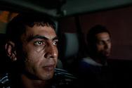 Sinan und Ruschti schlafen im Bus
