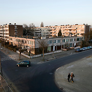 "Nederland Utrecht 31 januari 2009 20090131 Foto: David Rozing ..Serie vogelaarwijk Kanaleneiland .Reportage documentary on deprived area / projects "" Kanaleneiland "" This area is on a list with projects which need help of the government because of degradation in the area etc.2 jongens steken straat over in Kanaleiland Noord, overzicht wijk vanaf Prins Clausbrug churchillaan.2 boys passing the street ., project, suburb, suburbian, problem. Neighboorhood, neighboorhoods, district, city, problems, multicultural,  daily life..Foto David Rozing"