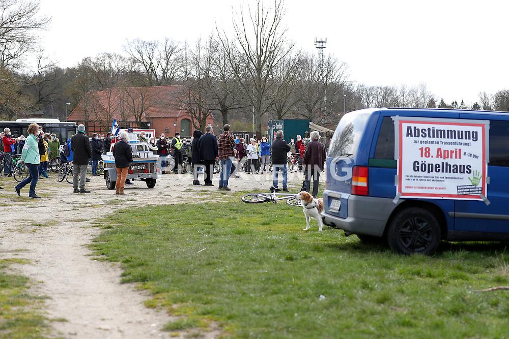 Kundgebung und Fahrraddemonstration der Gegner einer geplanten Elbbrücke in Neu Darchau. Mit der Veranstaltung soll auf die Einwohnerbefragung am folgenden Tag aufmerksam gemacht werden.