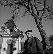 """Pfarrer Adolf Aebischer war einer der ersten und wichstigsten Zen-meditationslehrer. Er hatte Zazen bei Graf Dürkheim gerlernt. Elève de Graf Dürkheim, Adolf Aebischer fut un des premiers enseignants du """"Zazen"""" en Suisse. Fribourg, Chapelle St. Jost. © Romano P. Riedo"""