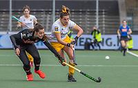 AMSTELVEEN -  Frederique Matla (DenBosch) met Sabine Plonissen (Adam) tijdens de halve finale wedstrijd dames EURO HOCKEY LEAGUE (EHL),  Amsterdam-HC Den Bosch. (1-1) Den Bosch wint shoot outs en plaats zich voor de finale.  COPYRIGHT  KOEN SUYK