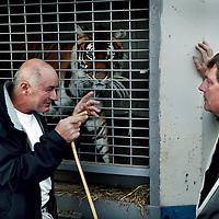 Frankrijk Lieusaint,21 mei 2015.<br /> Stichting AAP die zich inzet voor opvang en welzijn van verwaarloosde dieren waaronder diverse apensoorten haalt nu verwaarloosde 2 tijgers en 2 leeuwen op bij een failliete circus in het plaatsje Lieusaint in de buurt van Parijs om ze vervolgens een betere toekomst te geven in opvangcentrum Primadomus in de buurt van Alicante Spanje<br /> Op de foto: David van Gennip spreekt met de voormalige circus eigenaar Bouillon omtrent de te transporteren dieren naar dierenopvang Primadorus in Spanje <br /> <br /> <br /> <br /> Foto: Jean-Pierre Jans