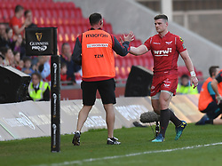 Scarlets Scott Williams leaves the field<br /> <br /> Photographer Mike Jones/Replay Images<br /> <br /> Guinness PRO14 Round 22 - Scarlets v Cheetahs - Saturday 5th May 2018 - Parc Y Scarlets - Llanelli<br /> <br /> World Copyright © Replay Images . All rights reserved. info@replayimages.co.uk - http://replayimages.co.uk