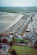 Frankrijk, Mont Saint Michel, 9-10-2000..Uitzicht, landschap vanuit Mont saint michel met drooggevallen kust. eiland, schiereiland. Toerisme, middeleeuwse bouw. Bussen en auto staan op de dijk die het met het vasteland verbindt...Foto: Flip Franssen/Hollandse Hoogte