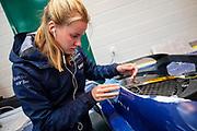 Teamleden repareren de schade na de val in de ochtend van de vijfde racedag. Het Human Power Team Delft en Amsterdam, dat bestaat uit studenten van de TU Delft en de VU Amsterdam, is in Amerika om tijdens de World Human Powered Speed Challenge in Nevada een poging te doen het wereldrecord snelfietsen voor vrouwen te verbreken met de VeloX 9, een gestroomlijnde ligfiets. Op 10 september 2019 verbreekt het team met Rosa Bas het record met 122,12 km/u. De Canadees Todd Reichert is de snelste man met 144,17 km/h sinds 2016.<br /> <br /> With the VeloX 9, a special recumbent bike, the Human Power Team Delft and Amsterdam, consisting of students of the TU Delft and the VU Amsterdam, wants to set a new woman's world record cycling in September at the World Human Powered Speed Challenge in Nevada. On 10 September 2019 the team with Rosa Bas a new world record with 122,12 km/u.  The fastest man is Todd Reichert with 144,17 km/h.