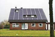 Duitsland, Kranenburg, 3-3-2019Een huis vlak over de grens met Nederland waarvan het dak helemaal bedekt is met zonnepanelen.Foto: Flip Franssen