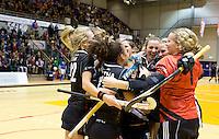 ROTTERDAM -  Vreugde bij de dames van Amsterdam met coach Alyson Annan na de  finale zaalhockey om het Nederlands kampioenschap tussen de  vrouwen  van Amsterdam en MOP.  Amsterdam wint de finale en dus het Kampioenschap.ANP KOEN SUYK