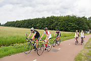 In de omgeving van De Bilt genieten mensen op de fiets van het mooie weer tijdens het Pinksterweekeinde.<br />