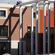 Nederland Rotterdam 28 mei 2008 20080528 Foto: David Rozing .Een bouwvakker op levensgevaarlijke manier aan het werk op grote hoogte op nieuwbouwlokatie in de wijk Tussendijken in Rotterdam West. voorschriften inzake veiligheid en gezondheid arbeidsplaats arbeidsomstandigheden werken op hoogte ..Foto David Rozing