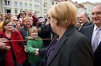 DEU, Deutschland, Germany, Magdeburg, 17.09.2013:<br />Bundeskanzlerin Dr. Angela Merkel (CDU) trifft zu einer Wahlkampfveranstaltung der CDU auf dem Alten Markt ein und begrüsst die Bürger. Rechts Reiner Haseloff (CDU), Ministerpräsident von Sachsen-Anhalt.