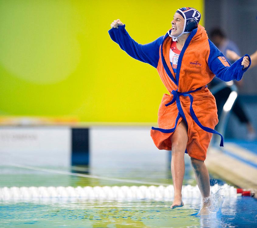 China, Beijing, 21-08-2008.<br /> Olympische Spelen.<br /> Waterpolo, Vrouwen, Finale.<br /> Nederland - USA.<br /> Simone Koot loopt van blijdschap over het water.<br /> Foto: Klaas Jan van der Weij