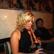 Miss Nederland 2003 reis Turkije, Vivienne de Rop aan de waterpijp