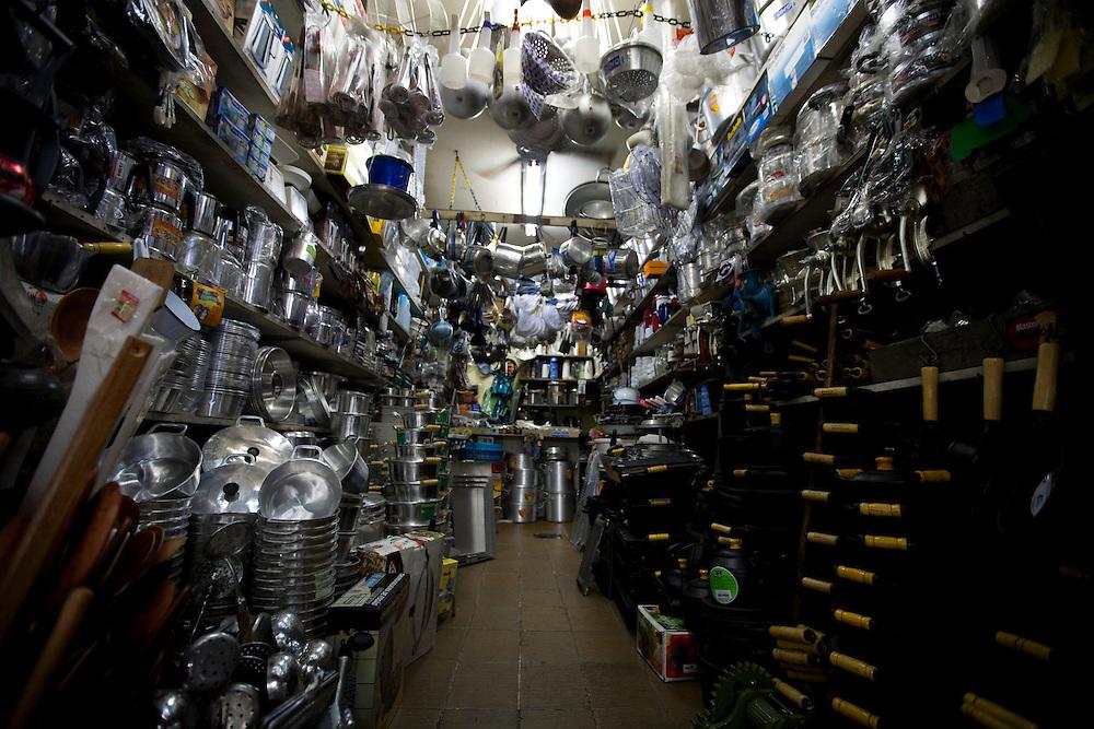 Belo Horizonte_MG, Brasil...80 anos do Mercado Central. Na foto, comercio de panelas...80 years of Mercado Central. In this photo, the saucepan commerce...Foto: LEO DRUMOND / NITRO