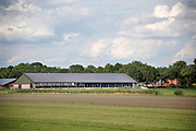 Nederland, Vredepeel, 19-8-2020  Een moderne koeienstal met zonnepanelen op het dak in de Peel . Foto: ANP/ Hollandse Hoogte/ Flip Franssen
