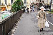 Frankrijk, Sete, 3-11-2019Oudere vrouw loopt over een brug van het kanaal wat naar de zee leidt . Ze heeft een plastic zak met boodschappen  . Foto: Flip Franssen