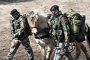 Te Paard - Historisch paardenspektakel bij het Nationaal Militair Museum  - NMM. Tijdens 'Te Paard!' ontdekken bezoekers de rol van het paard binnen de krijgsmachten van vroeger en nu. Naast een show in de arena zijn er verschillende demonstraties.<br /> <br /> Op de foto:  Korps Mariniers