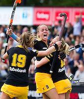 DEN BOSCH - Vreugde bij Den Bosch nadat Maartje Paumen de stand op 1-1 heeft gebracht, zondag tijdens de eerste finalewedstrijd , van de best of three ,  hoofdklassehockey tussen de vrouwen van Den Bosch en Laren (2-1). ANP KOEN SUYK