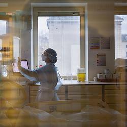 """Extrait du reportage au long cours Covid19 ce que veut dire être soignant publié aux éditions Byakko en décembre 2020. <br /> Suivi du quotidien des équipes de l'hôpital d'instruction des armées Bégin de Saint-Mandé pendant la première vague de l'épidémie de coronavirus en France. Pendant 3 mois, la photographe a partagé le quotidien des personnels de garde : infirmières, aide-soignants, médecins, manipulateurs-radio, etc. au sein des différents services consacrés aux victimes du Covid-19. <br /> <br /> Avril-Juillet 2020 / Saint-Mandé (94) / FRANCE<br /> <br /> """"Chaque jour, les pompiers ou le SAMU nous déposent des cas graves que nous sommes incapables de prendre en compte par manque de place. Nous les intubons et les perfusons si cela est nécessaire avant de les diriger vers d'autres hôpitaux. Mais c'est aussi l'heure des décisions difficiles, celles qu'il faut prendre dans l'heure en sachant qu'elles ne seront pas sans conséquence. Lorsque l'épidémie a atteint son paroxysme, il nous a fallu acter qu'au-delà d'un âge limite ou en présence d'une comorbidité avérée, les patients ne seraient plus admis en réanimation.""""<br /> Charlotte, médecin-réanimateur <br /> <br /> Découvrir le livre Covid19 ce que veut dire être soignant https://byakko.fr/boutique/livre-covid19-ce-que-veut-dire-etre-soignant/<br /> Voir plus de photos de ce reportage (55 photos) https://sandrachenugodefroy.photoshelter.com/gallery/2020-04-Covid19-ce-que-veut-dire-tre-soignant/G0000_uUmPCIj7oo/C0000yuz5WpdBLSQ"""