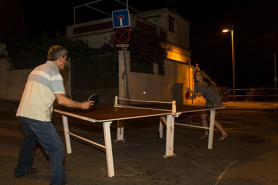 /ES/ Partido de ping pong improvisado en medio de la calle.