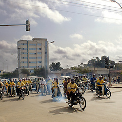 COTONOU MOTO-TAXIS ACCELERATING FROM AN INTERSECTION / MARS 2006, COTONOU, BENIN / ANTOINE DOYEN
