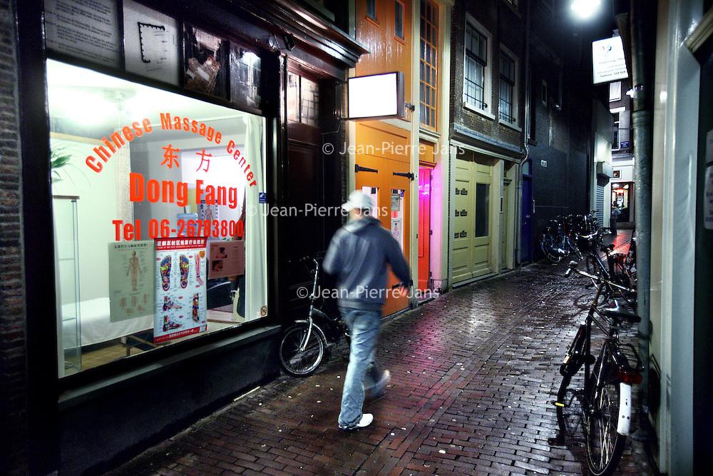 Nederland, Amsterdam , 4 november 2010..Chinese massagesalon Dong Fanf in de Dirk van Hasseltsteeg..Het blijkt dat een aantal van deze massagesalons verkapte bordelen zijn met z.g. Happy endings..A number of Chinese massage parlors are disguised brothels with his so-called Happy Endings.