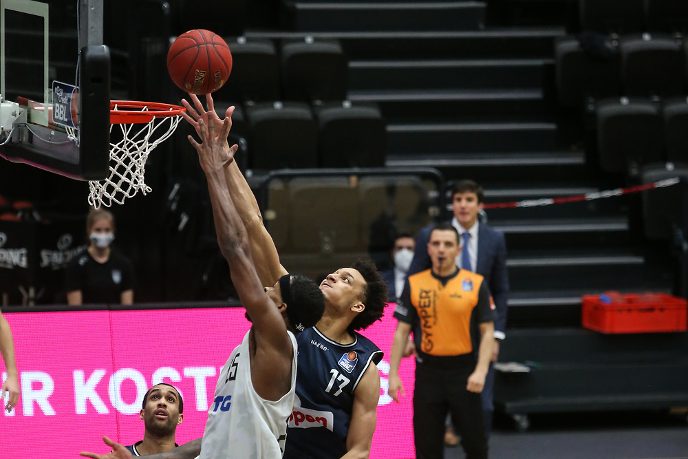 Basketball: Deutschland, 1. Bundesliga, Hamburg Towers - HAKRO Merlins Crailsheim, Hamburg, 10.01.2021<br /> Terry Allen (Towers, l.) - Jamuni McNeace (Merlins)<br /> © Torsten Helmke