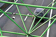 Nederland, A1 Losser, 16-7-2012Camerabewaking aan de grens. Het is een pilot om alle verkeer wat het land binnenkomt te fotograferen en op overtredingen te controleren.Het College Bescherming Persoonsgegevens, CBP, maakt bezwaar tegen het registreren van kentekens die enige tijd bewaard worden in het kader van criminaliteitsbestrijding. Ook zou het in strijd zijn met het verdarg van Schengen wat vrij verkeer tussen de lidstaten garandeerd.Foto: Flip Franssen/Hollandse Hoogte