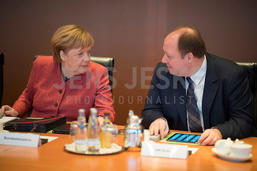 DEU, Deutschland, Germany, Berlin, 09.01.2019: Bundeskanzlerin Dr. Angela Merkel (CDU) und Kanzleramtsminister Helge Braun (CDU) vor Beginn der 36. Kabinettsitzung im Bundeskanzleramt.