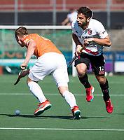 AMSTELVEEN  - Hockey -  1e wedstrijd halve finale Play Offs dames.  Amsterdam-Bloemendaal (5-5), Bl'daal wint na shoot outs.  Floris Wortelboer (Bldaal) met Valentin Verga (A'dam) .  COPYRIGHT KOEN SUYK