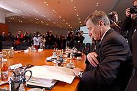15 JAN 2003, BERLIN/GERMANY:<br /> Wolfgang Clement, SPD, Bundeswirtschaftsminister, mit Journalisten am noch leeren Kabinettstisch, vor Beginn der Kabinettsitzung, Bundeskanzleramt<br /> IMAGE: 20030115-01-003<br /> KEYWORDS: Kabinett, Sitzung, Kamera, Camera, Fotografen, photographer, Journalist