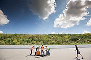 In Ysselsteyn test het HPT de nieuwe fiets op de Raceway baan met hun vrouwelijke rijder Christien Veelenturf. In september wil het Human Power Team Delft en Amsterdam, dat bestaat uit studenten van de TU Delft en de VU Amsterdam, een poging doen het wereldrecord snelfietsen te verbreken, dat nu op 133 km/h staat tijdens de World Human Powered Speed Challenge.<br /> <br /> In Ysselsetyn the HPT is testing their new bike. With the special recumbent bike the Human Power Team Delft and Amsterdam, consisting of students of the TU Delft and the VU Amsterdam, also wants to set a new world record cycling in September at the World Human Powered Speed Challenge. The current speed record is 133 km/h.