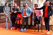 DEN HAAG, 27-04-2021, Paleis Noordeinde<br /> <br /> Vanaf het terrein van Paleis Noordeinde sluiten The Streamers Koningsdag feestelijk af. Op het binnenplein van het Koninklijk Staldepartement geven The Streamers het tweede concert van hun 'Holland Tour'. Foto: Brunopress/Patrick van Emst<br /> <br /> King Willem-Alexander, Queen Maxima with their daughters Princess Amalia, Princess Alexia and Princess Ariane during King's Day 2021<br /> <br /> Op de foto: Prinses Amalia, Prinses Alexia en Prinses Ariane met Kraantje Pappie, Diggy Dex, Maan, Nick en Simon en Frank Lammers