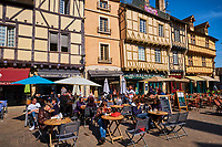 France, Saône-et-Loire (71), Chalon-sur-Saône, place Saint-Vincent, maisons à colombages // France, Saône-et-Loire (71), Chalon-sur-Saône, Saint Vincent square