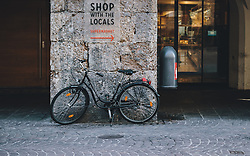 "24.03.2020, Innsbruck, AUT, Coronaviruskrise, Österreich, im Bild ein Fahrrad vor einem Schild mit der Aufschrift ""Shop with the Locals Supermarket"" während der Coronavirus Pandemie // a bicycle in front of a sign with the letters ""Shop with the Locals Supermarket"" during the Coronavirus pandemic, Innsbruck, Austria on 2020/03/24. EXPA Pictures © 2020, PhotoCredit: EXPA/ JFK"