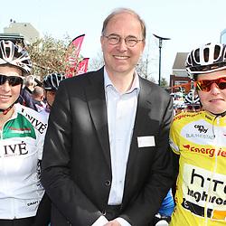 Wethouder Theo Sieling van Haren met Adrie Visser en Evelien Arrys
