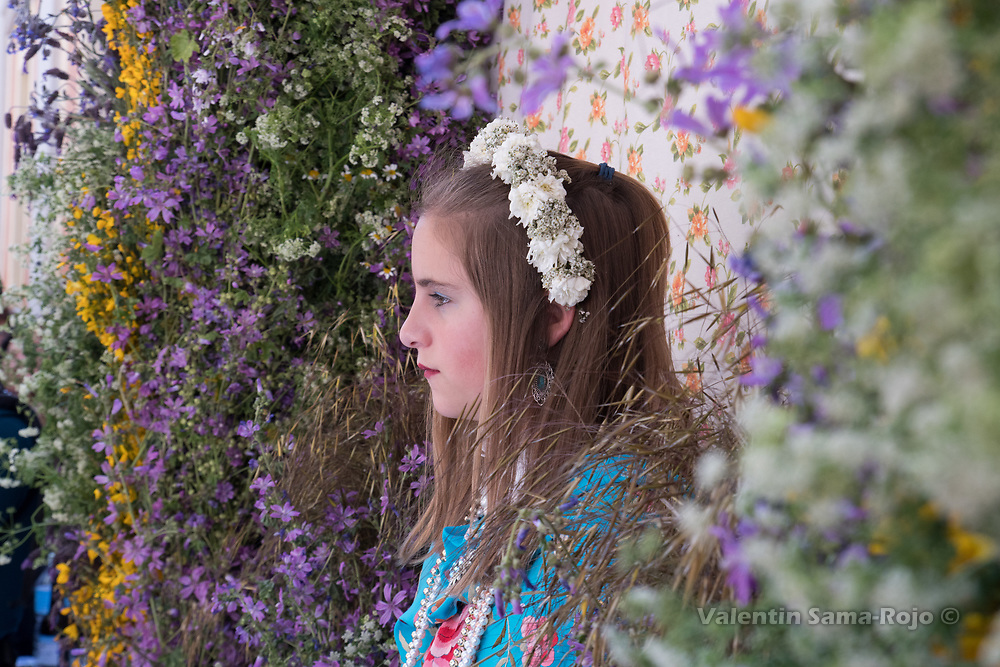Madrid, Spain. 7th May, 2017. The Maya Iria on her altar surrounded with flowers, wearing a blue Manila shawl and a tiara made with white flowers during 'Las Mayas' spring festival in Madrid. © Valentin Sama-Rojo