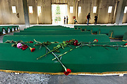 Bosnie, Potocari / Srebrenica, 11-7-2015 Nabestaanden nemen afscheid van de resten van hun geliefden in de voormalige dutchbatbasis, waar 136 kisten met stoffelijke resten klaar lagen om morgen begraven te worden tijdens de herdenking van de massamoord door de Serviers 20 jaar geleden. Hand, handen op een kist, doodskist, kistje, met de vlag van bosnie . Annual gathering at Potocari burial site of Srebrenica massacre. Srebrenica genocide was the killing of more than 8000 Bosniaks, mainly men and boys around the town of Srebrenica during the Bosnian War.Foto: ANP/ Hollandse Hoogte/ Flip Franssen