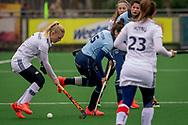 LAREN -  Hockey Hoofdklasse Dames: Laren v Pinoké, seizoen 2020-2021. Foto: Daphne van der Vaart (Pinoké) met Macey de Ruiter (Laren, captain)