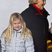 AUD/Lech/20110219 - Fotosessie Nederlandse Koninklijke Familie 2011 op wintersport in Lech, Beatrix en Prinses Amalia