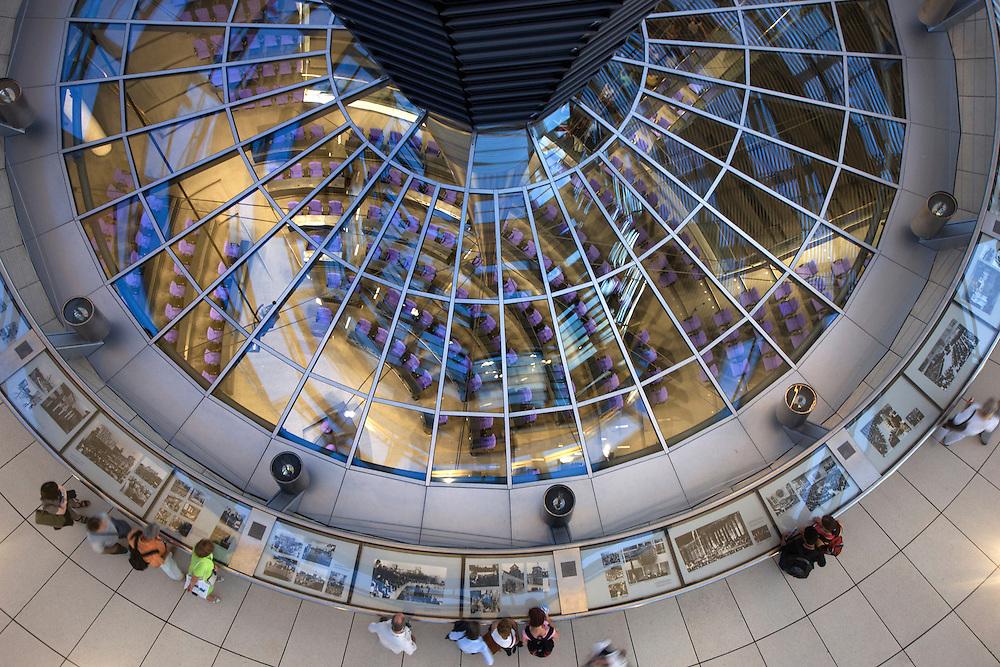 09/Septiembre/2009 Alemania. Berlín.Visitantes en la cúpula del Reichstag, diseñada por Norman Foster..©JOAN COSTA....