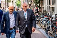 Peter Schouten en Onno de Jong, advocaten van kroongetuige Nabil B, leggen bloemen neer op de plek w